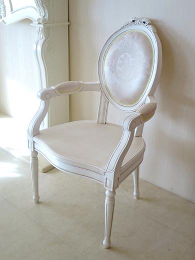 オーバルアームチェア ルイ16世スタイル リボンの彫刻 背;リボンとブーケ柄オフホワイト 座;板 マダムココ色