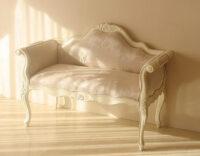 カウチソファ ホワイト色 シェルの彫刻 リボンとブーケ柄オフホワイト