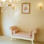薔薇の令嬢ソファ 両肘付き 背もたれなし オードリーリボンの彫刻 ホワイト色 ピンクモアレの張り地のサムネイル