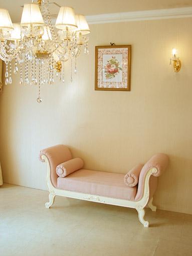 薔薇の令嬢ソファ 両肘付き 背もたれなし オードリーリボンの彫刻 ホワイト色 ピンクモアレの張り地