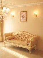 カウチソファ 両肘タイプ 薔薇の彫刻 アンティークホワイト&ゴールド色 リボンとブーケ柄イエローゴールドの張地