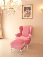 ウィングチェア ベビーピンクの張地 白い猫脚