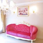 ヴィクトリア3Pソファ マンションタイプ ホワイト色 ショッキングピンクの張地 表上部:イニシャルの彫刻 表下部:オードリーリボンの彫刻 裏下部:リボンと薔薇の彫刻のサムネイル