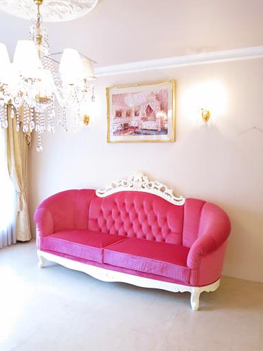 ヴィクトリア3Pソファ マンションタイプ ホワイト色 ショッキングピンクの張地 表上部:イニシャルの彫刻 表下部:オードリーリボンの彫刻 裏下部:リボンと薔薇の彫刻
