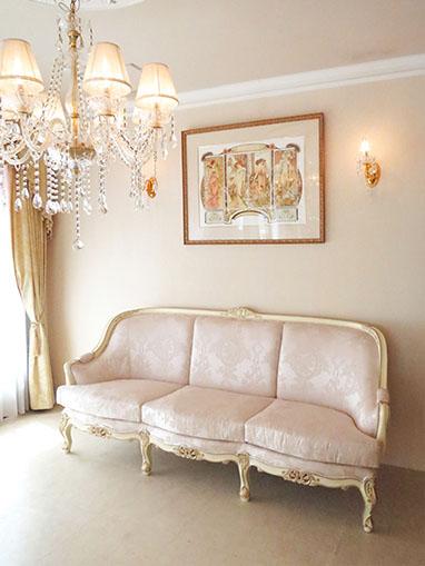 ベルサイユ3Pソファ アンティークホワイト&ゴールド色 リボンとブーケ柄オフホワイト色の張地