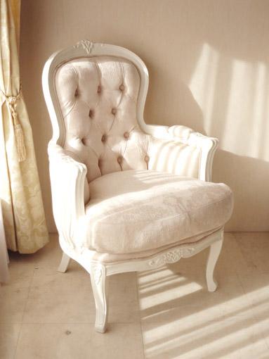 一人掛けソファ お花模様の彫刻 背面ボタン締め仕上げ ホワイト色 リボンとブーケ柄オフホワイト