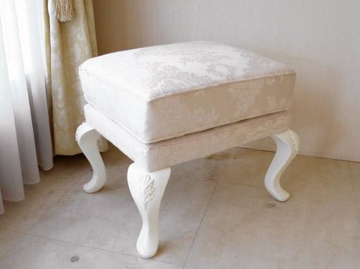オットマン ホワイトの猫脚 彫刻あり リボンとブーケ柄 オフホワイト