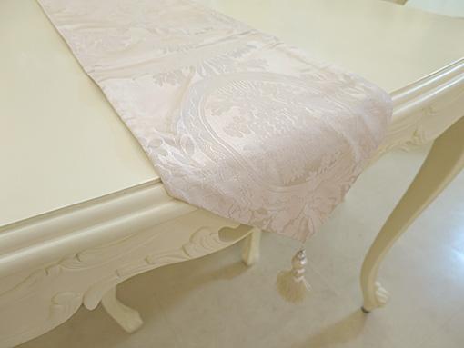 テーブルランナー リボンとブーケ柄オフホワイト ホワイトパールタッセル 200×23