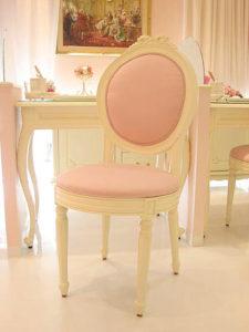 オーバルチェア リボンの彫刻 ホワイト色 ピンクモアレ柄の張地