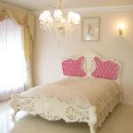 ロココスタイルベッド クィーンサイズ  ホワイト色 ベビーピンクのベルベットの張り地のサムネイル