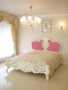 ロココスタイルベッド クィーンサイズ  ホワイト色 ベビーピンクのベルベットの張り地