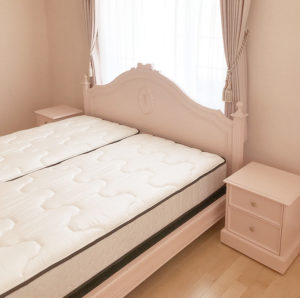 レディメイ キングサイズベッド オードリーリボンとバレーシューズの彫刻 バービーピンク色