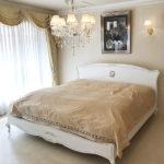 プリマベーラ キングサイズベッド オードリーリボンとイニシャルAIの彫刻 ホワイト&ブラックアンティーク色のサムネイル