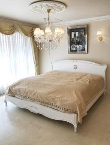 プリマベーラ キングサイズベッド オードリーリボンとイニシャルAIの彫刻 ホワイト&ブラックアンティーク色