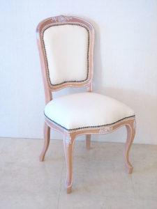 輸入 オーダー家具 ラ・シェル ダイニングチェア ピンクベ-ジュ色艶あり 薔薇の彫刻 ホワイトフェイクレザーの張り地