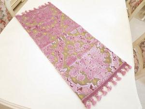 テーブルランナー 金華山織りピンク花かご柄 64×25