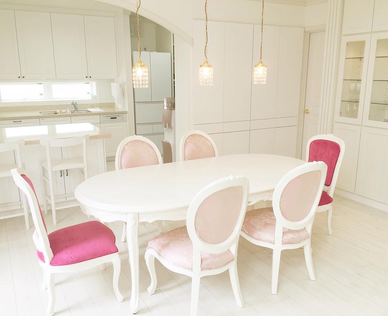 ホワイトインテリアの中で際立つ白家具