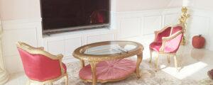 輸入住宅を新築されたO様邸のリビングはゴージャスなソファをメインに華やかなコーディネート。