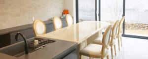 天然石オニキスで仕上げたダイニングテーブルはオーダーメイド