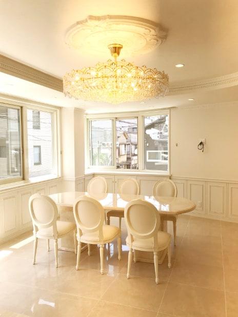 ホテルライクなエレガンスモダンインテリアに溶け込むオーダーで製作した大理石のテーブル。東京都I様邸