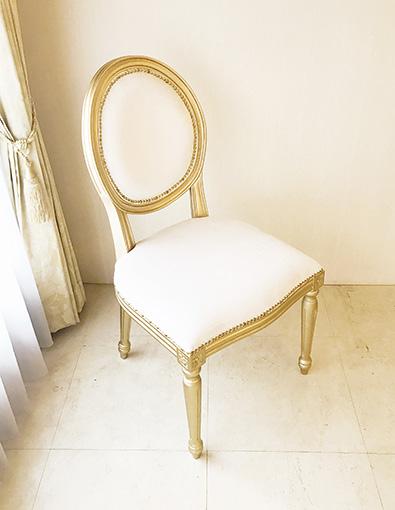 ルイ16世スタイル オーバルチェア 彫刻なし ゴールド色 ホワイトベルベットの張地 ゴールド鋲打ち仕上げ