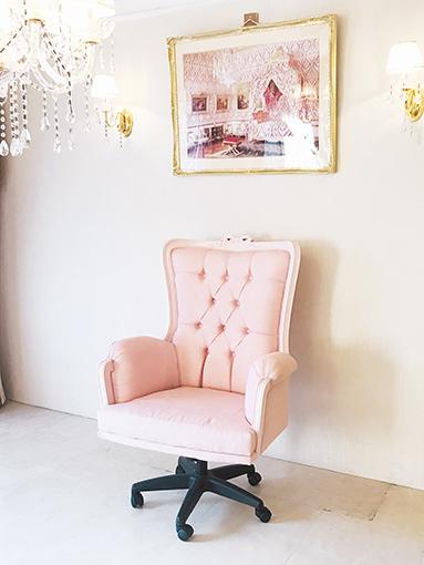 デスクチェア オードリーリボンの彫刻 バービーピンク色