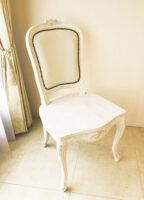 ラ・シェル ダイニングチェア 座板タイプ 薔薇の彫刻3輪 ホワイトウォッシュラスティック色 ホワイトフェイクレザー