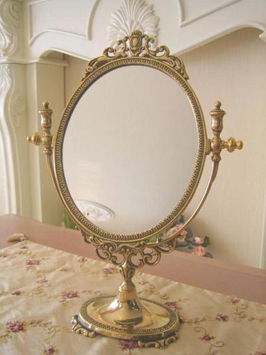 ゴールドのテーブルミラー エレガントスタイル