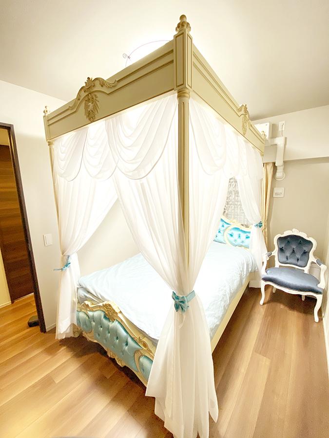 クラシックスタイルを忠実に再現した天蓋ベッド