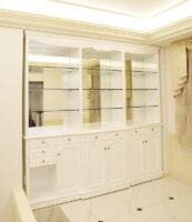 造作キャビネット  W250cm ミラー バック シェルの彫刻 スーパーホワイトグロス色