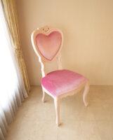 ハート型 チェア 脚部分 薔薇の彫刻 バービーピンク色 ベビーピンクのベルベット