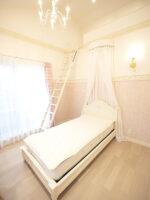 レディメイ シングルベッド オードリーリボン 薔薇 イニシャルの彫刻 フットボード低め ホワイト色