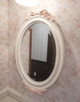 ウォールミラー オードリーリボンとローズの彫刻 ホワイト&バービーピンク色