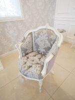 ジューシーチェア  オードリーリボンとイニシャルMの彫刻 ホワイト&シルバー色 リボンとブーケ柄シャイングレー