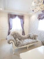 クラシック カウチソファ 薔薇の彫刻 ホワイト&シルバー色 リボンとブーケ柄シャイングレーの張地